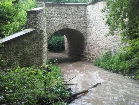 Pont en maçonnerie, ruisseau, au coeur de 641 hectares aménagés pour la chasse et l'agrément
