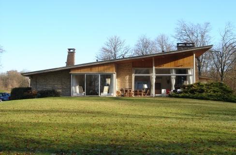 Ensemble immobilier comprenant une maison principale de 450 m², deux maisons de garde, bureau et divers bâtiments d'exploitation.